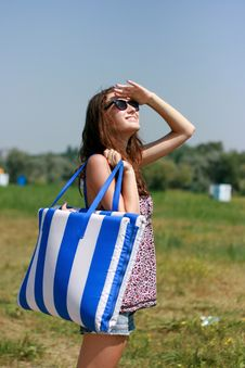 Free Happy Young Woman With Beach Bag Stock Photography - 18876102