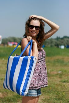 Free Happy Young Woman With Beach Bag Royalty Free Stock Photos - 18876128