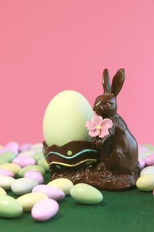 Free Chocolate Easter Bunny Holding Egg Royalty Free Stock Images - 18889429