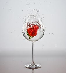 Free Strawberry In A Glass Of Water Royalty Free Stock Image - 18905496