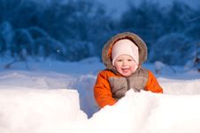 Free Adorable Baby Sit And Digging Hideout In Snow Royalty Free Stock Images - 18931519