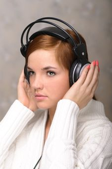 Free Young Woman Listening To Headphones Royalty Free Stock Photography - 18932617