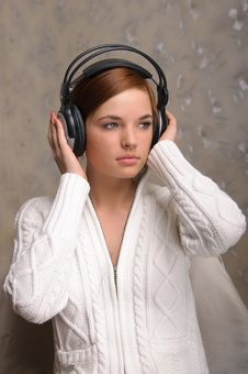Free Young Woman Listening To Headphones Stock Images - 18932624