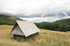 Free Small Mountain Wooden Hut Royalty Free Stock Images - 19052079