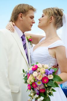 Bride And Groom Hugging Royalty Free Stock Photos
