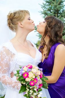 Free Bride And Bridesmaid Kissing Royalty Free Stock Images - 19054449