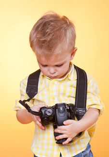 Free Little Photographer Watch Photo On Camera Royalty Free Stock Photography - 19070767