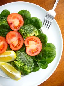 Free Salad With Broccoli,spinach And Tomatoes Royalty Free Stock Photos - 19098578