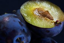 Free Dark Blue Ripe Fleshy Plums Stock Photography - 1919122