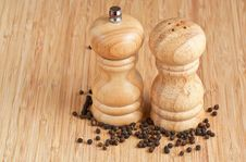 Free Salt And Pepper Grinders On A Table Stock Photos - 19139703
