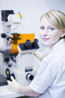 Free Female Researcher  In A Lab Royalty Free Stock Photos - 19157368