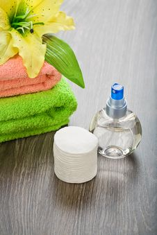 Free Bottle And Pads Adn Towels With Flower Royalty Free Stock Photos - 19159568