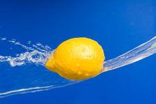 Free Fresh Lemon In The Splashes Of Water Stock Image - 19191201
