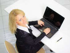 Businesswoman Working  On The Laptop In The Office Royalty Free Stock Photos