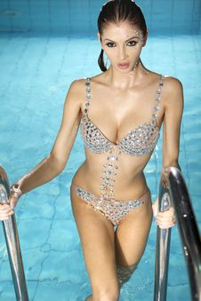 Free Beautiful Brunette In Swimmingpool Royalty Free Stock Photography - 19230597