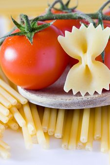 Free Italian Pasta Tomato And Basil Royalty Free Stock Images - 19236389