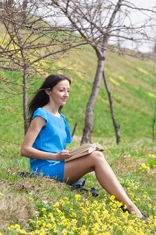 Free Girl Reading Book In Spring Park Royalty Free Stock Photos - 19269858
