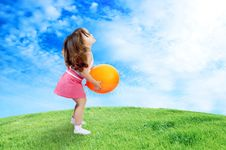 Free Little Girl Plays With Ellow Balloon In Grass Stock Photography - 19291042