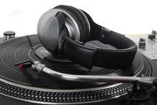 Free Dynamic Bass Headphones On Turntable Stock Photo - 19331840
