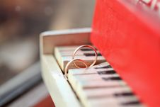 Free Two Golgen Rings On Piano Stock Photos - 19355553