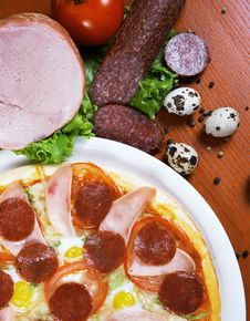 Free Pizza With Salami, Ham, Edd And Tomato Stock Images - 19357044