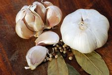 Free Garlic On Cutting Board Stock Images - 19372754