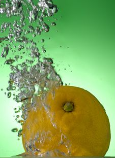 Free Lemon In The Water Royalty Free Stock Photo - 19376785