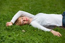 Free Pretty Woman Laying On The Grass Stock Images - 19385294