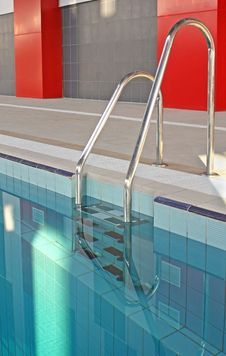 Free Ladder In A Swimming Pool Royalty Free Stock Photo - 19387415