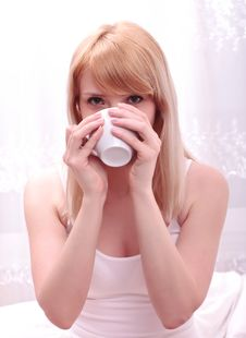 Free Cute Woman Drinking A Coffee Royalty Free Stock Photography - 19402537