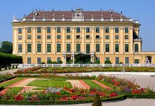 Free Schonbrunn Palace Against The City Of Vienna Stock Image - 19410881