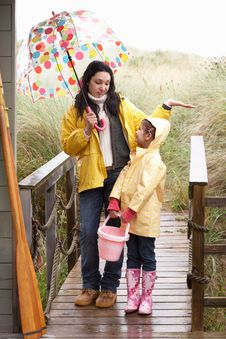 Free Mother And Daughter With Umbrella Royalty Free Stock Images - 19421269