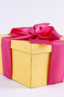 Free Yelloy Present Box With Ribbon Bow Royalty Free Stock Image - 19430316