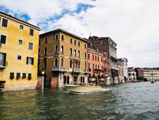 Free Taxi Boat Service At Venice Grand Canal Italy Royalty Free Stock Photography - 19437427