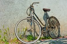 Free Bicycle Leaning Against The Wall Royalty Free Stock Photography - 19446267