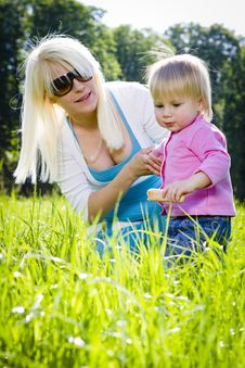 Free Young Mothers In The Park Royalty Free Stock Images - 19464519