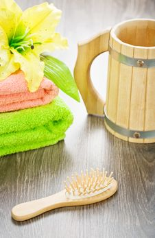 Free Towels Flower Hairbrush And Mug Royalty Free Stock Images - 19476559