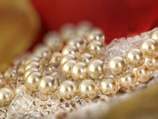 Free Elegant Pearls Over Ice Royalty Free Stock Image - 19509716