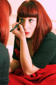 Free Young Brunette Applying Make-up Royalty Free Stock Photos - 19530258