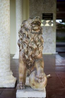 Free Statute Of Lion Royalty Free Stock Image - 1969966