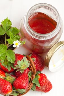 Free Basker Of Fresh Strawberries And Pot Of Honey Royalty Free Stock Images - 19614949