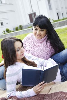 Free Mom And Daughter Reading A Book Stock Photography - 19641802