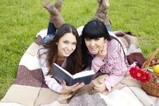 Free Mom And Daughter Reading A Book Royalty Free Stock Photos - 19641928