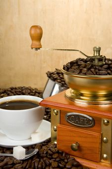 Free Coffee Beans, Cup And Grinder On Wood Royalty Free Stock Photography - 19655547