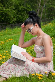 Free Young Woman Reading A Book In The Park Royalty Free Stock Photo - 19691765