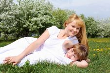 Free Girl With Mother In Spring Park Royalty Free Stock Photos - 19693818