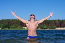 Free Young Athletic Man Posing In The Water Royalty Free Stock Photography - 19703717