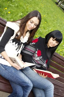 Free Mom And Daughter Reading A Book Royalty Free Stock Photos - 19709248
