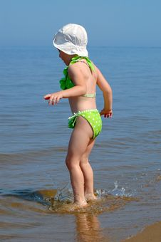 Free The Little Girl Suit Goes On Water Royalty Free Stock Image - 19718206