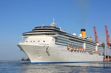 Free Luxury Liner In Marina Royalty Free Stock Images - 19734329